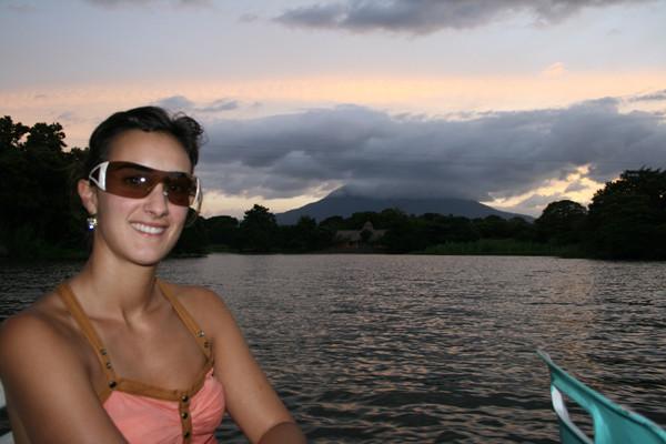 Nora, el volcán Monbacho y el volcán que no se ve.