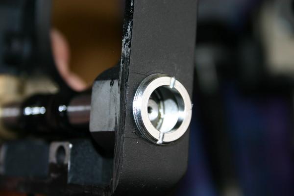 se desenrosca el anillo que hay en el interior sujetando los rodamientos con un destornillador plano y ya se pueden sacar los rodamientos con el bisinfín, previamente hemos desatornillado los dos tornillos hallen que aprisionan el piñón en el bisinfin