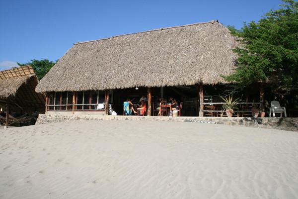 Restaurante en playa del Coco.