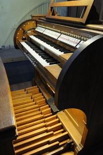Spieltisch der Orgel in Kommern