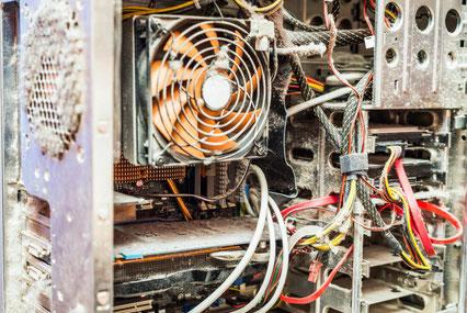 Seitliche Ansicht eines mit Staub verdreckten Computers