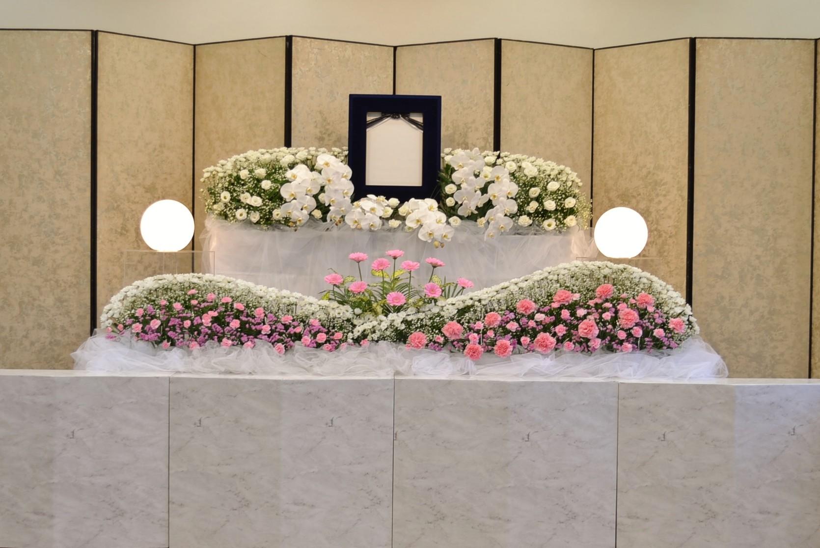 優美な花祭壇