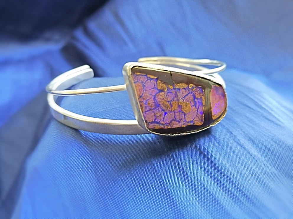 Fertiger Silberarmreif mit Opal in Steinmatrix