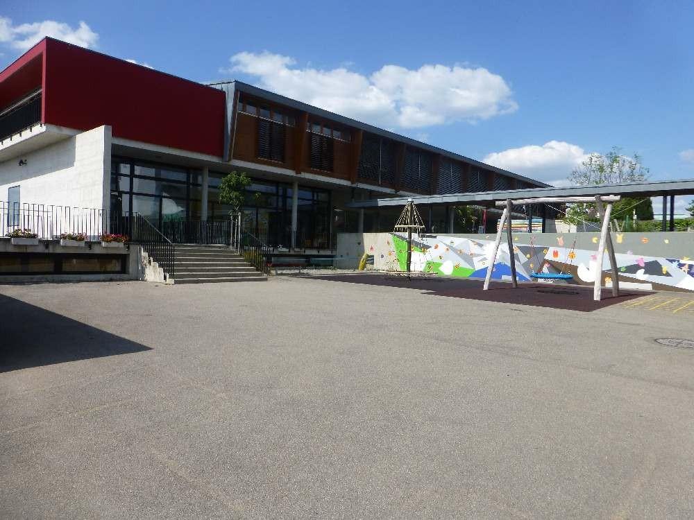 Eingang zum Neuen Schulhaus