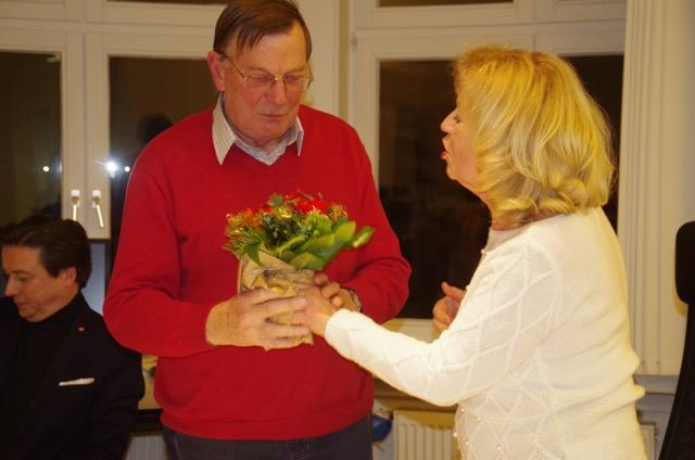 Cornelie Sonntag-Wolgast dankt Gert Hinnerk Behlmer für sein jahrelanges Engagement im Kulturforum