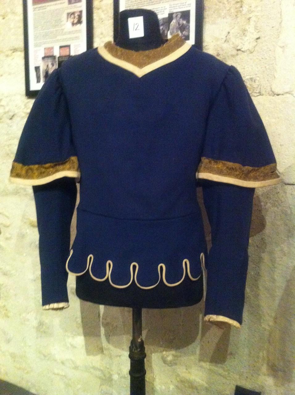 Ce pourpoint est à l'origine un costume pour le ROMEO AND JULIET de 1936. Il a été transformé pour d'autres productions mais on distingue encore l'ombre de l'aigle pectoral décousu.
