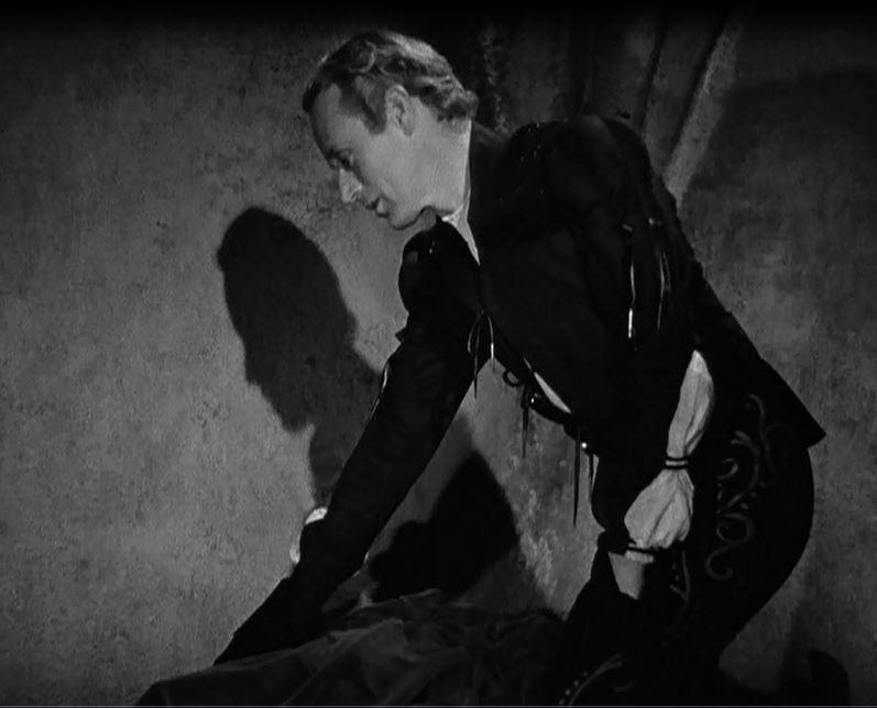 Photo de la scène de la mort de ROMEO où LESLIE HOWARD porte le pourpoint.