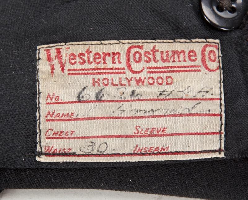 Etiquette de la WESTERN COSTUME COMPANY à l'intérieur du costume. L.HOWARD est inscrit dessus.