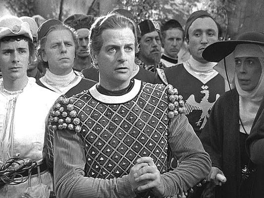 ...le voici dans son état originel porté par le garde de droite...(voir début de film, scène de la procession)