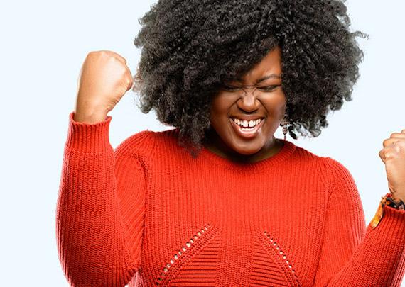 Frau freut sich über Ihren Erfolg. Mit Coaching Ziele erreichen.