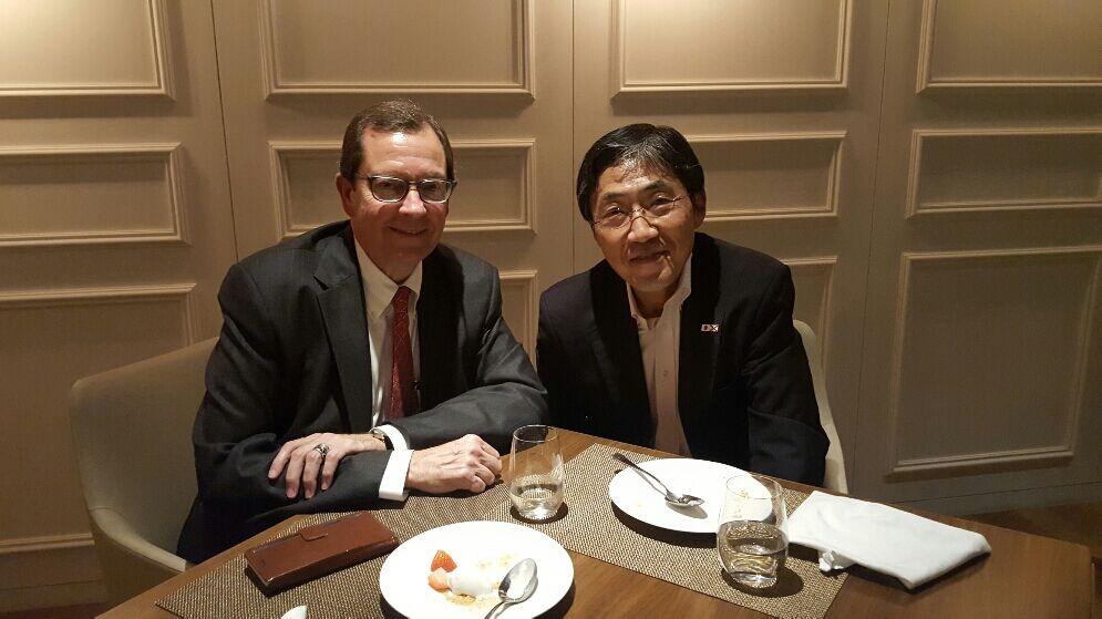 米国アラバマ州名誉総領事のマーク・ジャクソン氏に招かれ夕食。同氏は電話やネットを活用した国際会議運営会社の創業社長として活躍、縁あって日本総領事となり、グローバルチャンバーのアドバイザーともなったことから当方にコンタクトがあったもの。(With Mr. Mark B.Jackson, Honorary Consulate General of Japan in Alabama, U.S.A. He is also an adviser to Global Chamber. )