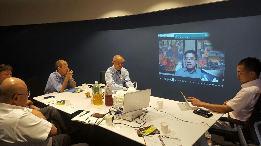 グローバルチャンバー東京支部のアドバイザリーボードメンバーがサンフランシスコ支部のヘンリー氏とスカイプでアイデアの交換をしているところ。(The advisory board members of Global Chamber's Tokyo Chapter are exchanging some ideas with Henry, the Executive Director of Global Chamber's San Francisco Chapter.)