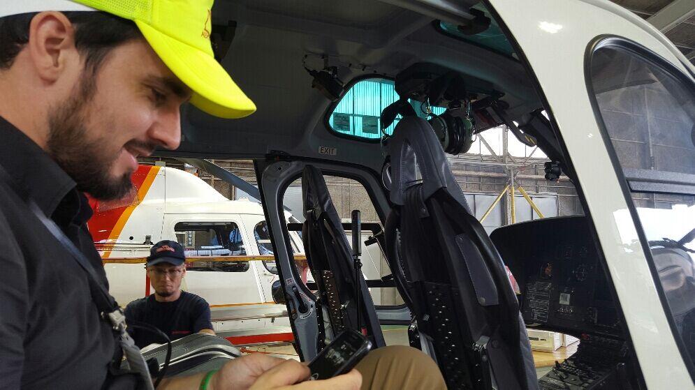 ヘリコプター売買仲介サイトRotorcraft.marketのデザイナーのデービッド・ボルドリッジが実際のヘリコプター内の様子を観察しチェックしているところ。(A professional website designer Mr. David Baldridge observing a helicopter to be well prepared for the Rotorcraft.market website.)
