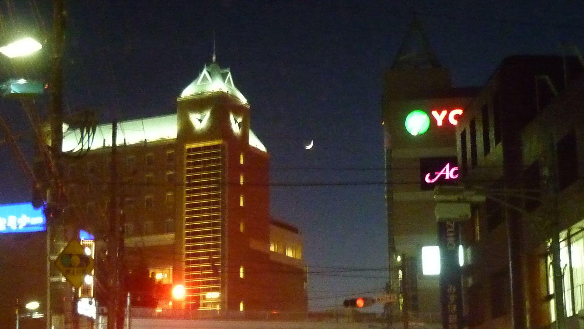 ウィシュトンホテルとユープラの間から眉より細い「新月」が美しく見えました。