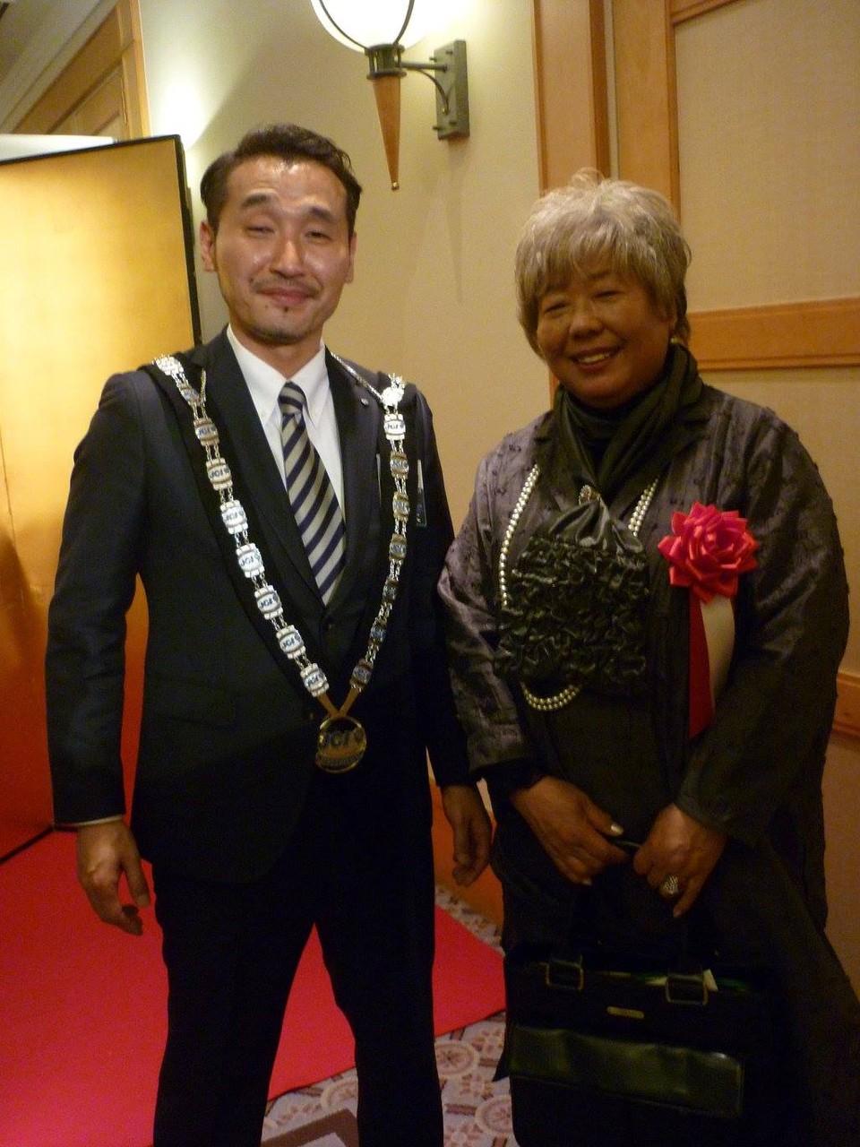 三橋健司青年会議所理事長とお母様の三橋由美さん。母の顔ですね。