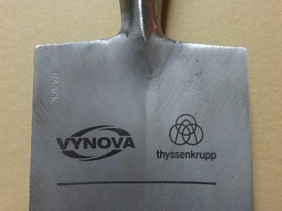 Logo-Gravur im Spatenblatt