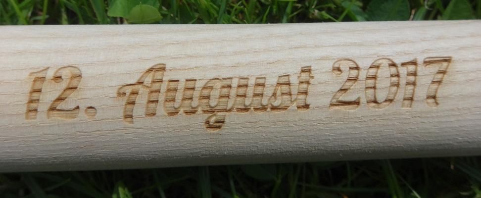 Datumsgravur auf Eschenholzstiel