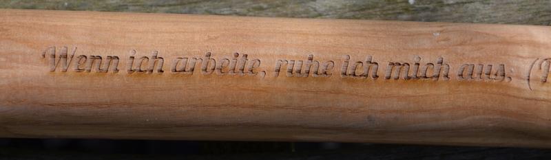 Lasergravierter Sinnspruch auf einem Spatenstiel