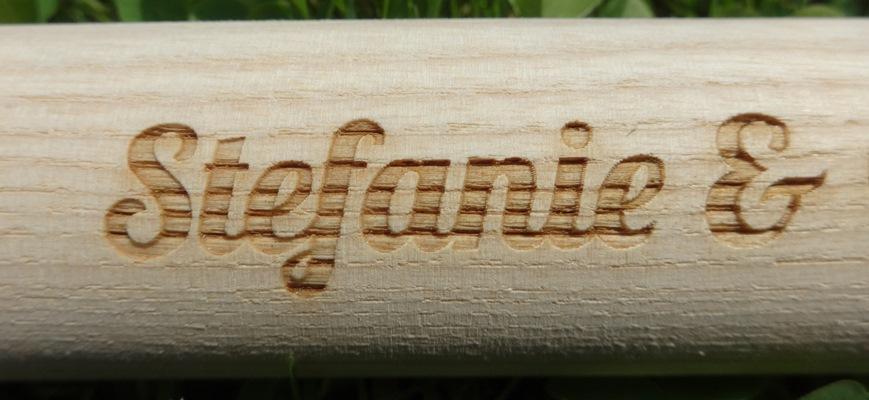 Gravur auf Gartenwerkzeugstiel aus Eschenholz