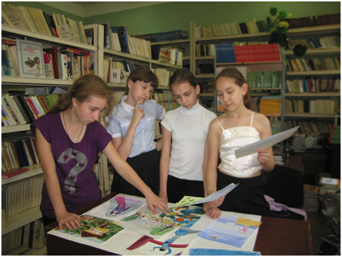 Скоро праздник «Именины Книжки детской». На очередном занятии кружка « Книгочеи» ребята оформляют школьную стенгазету «Я иллюстрирую книгу»