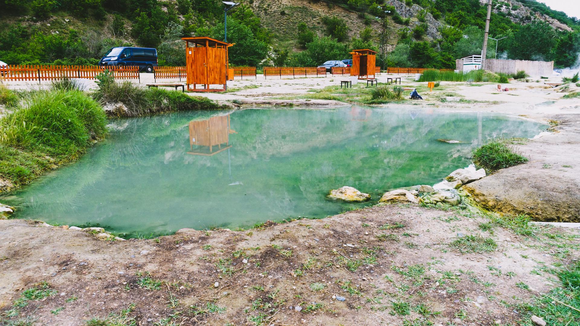 Schön angelegte Becken an der Quelle