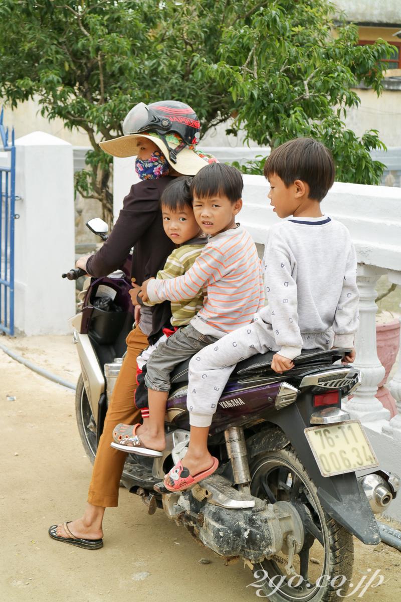 ベトナムでは、一台の原付バイクで家族全員で移動することは、珍しいことでもなんでもない