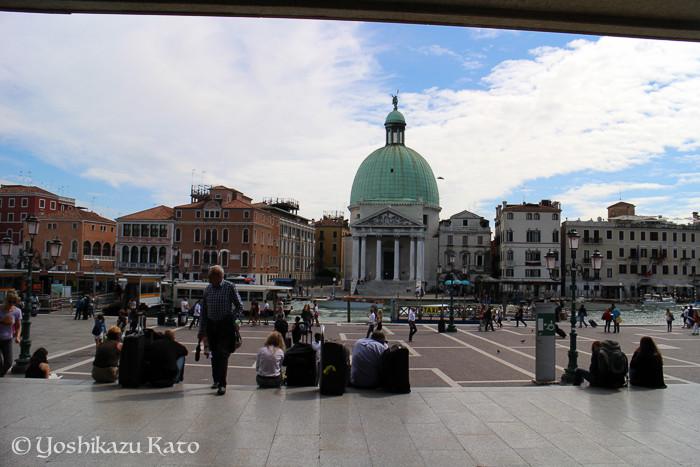 ベネチア駅のファサード前の風景。駅前の景色からして格別。