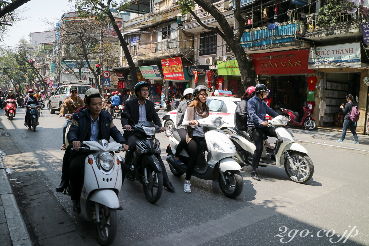 首都ハノイでも原付バイクは交通の主役。これが車に置きかわると、バンコクのように大渋滞となろう。
