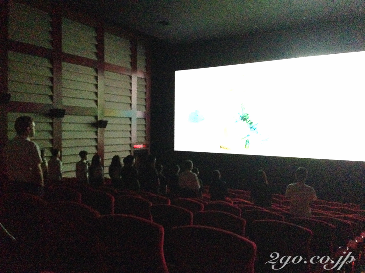 タイ王国の国王の広告が流れている。その2分間は観客は全員起立していなければならない。