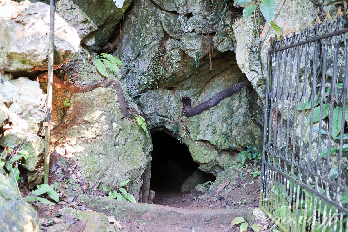 洞窟の入口の岩の上に大蛇のモニュメント。無駄に恐怖心を煽るのはやめてほしい。