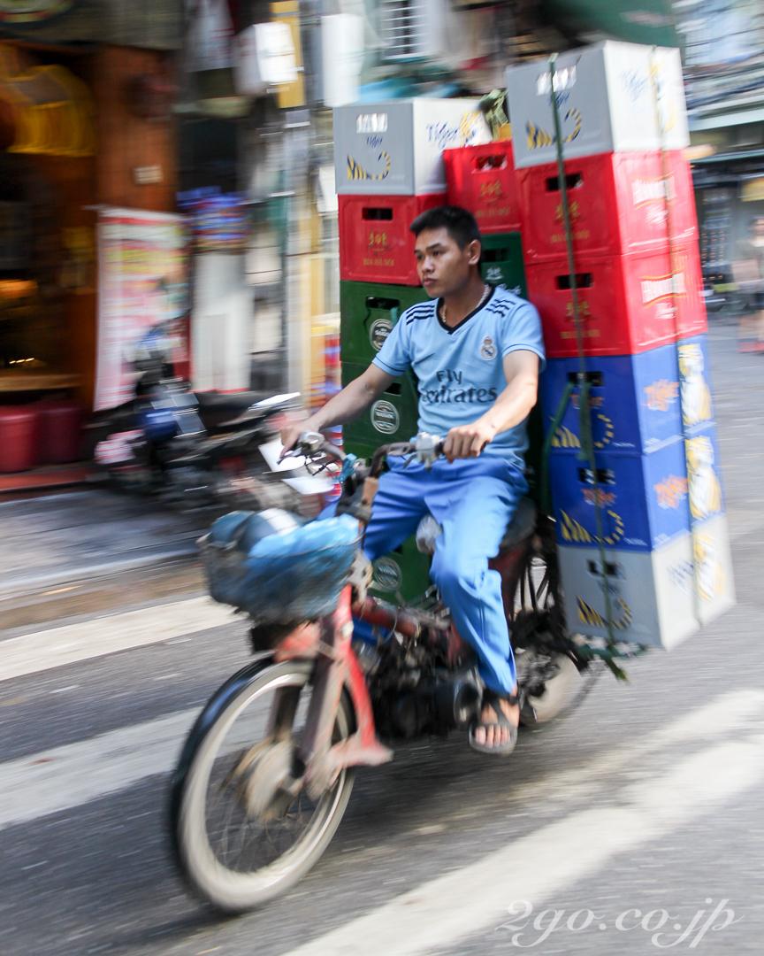 バイクでレンガを運ぶ彼も、きっとブリーフだ。