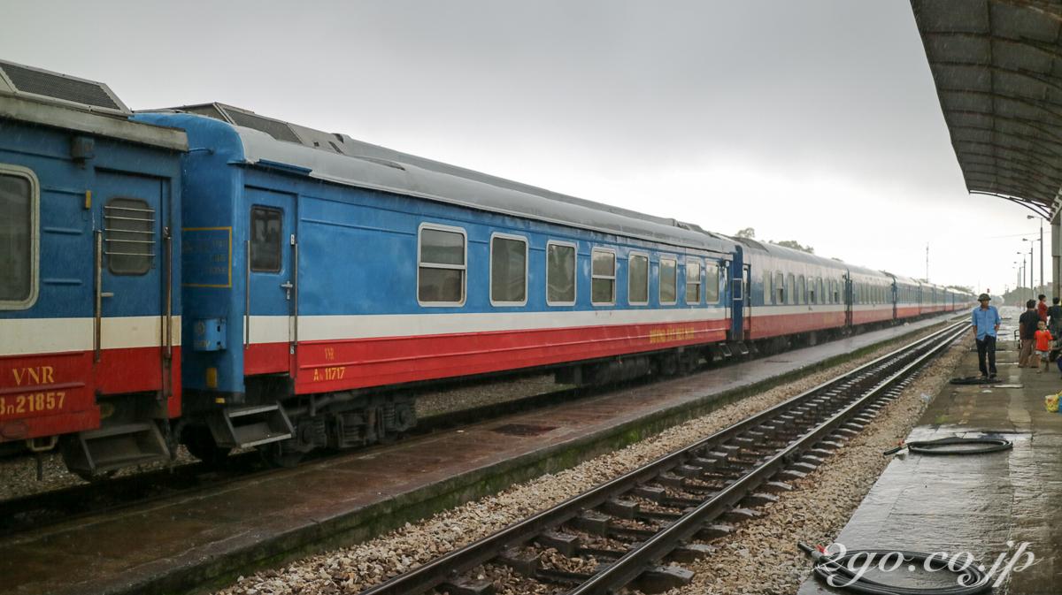 線路に簡単に降りられるのもベトナム鉄道の敷居の低さ