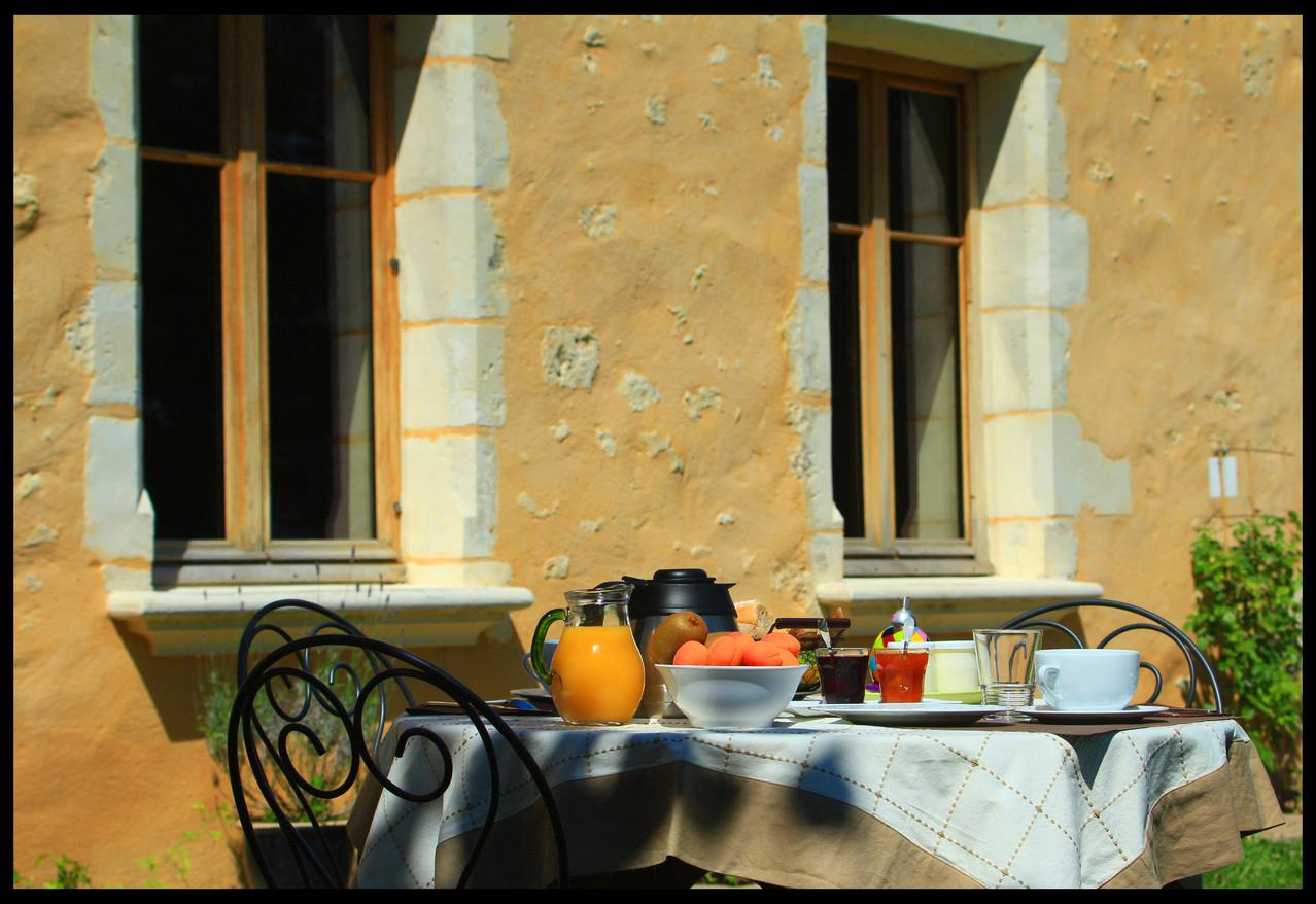 Petit déjeuner au jardin - Gite du Boistier - Préaux du Perche