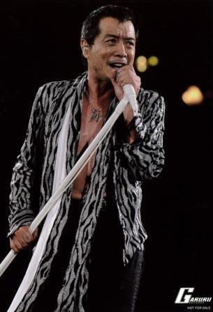 上半身を鋭くねじって歌う矢沢永吉さんは7種要素が強い。