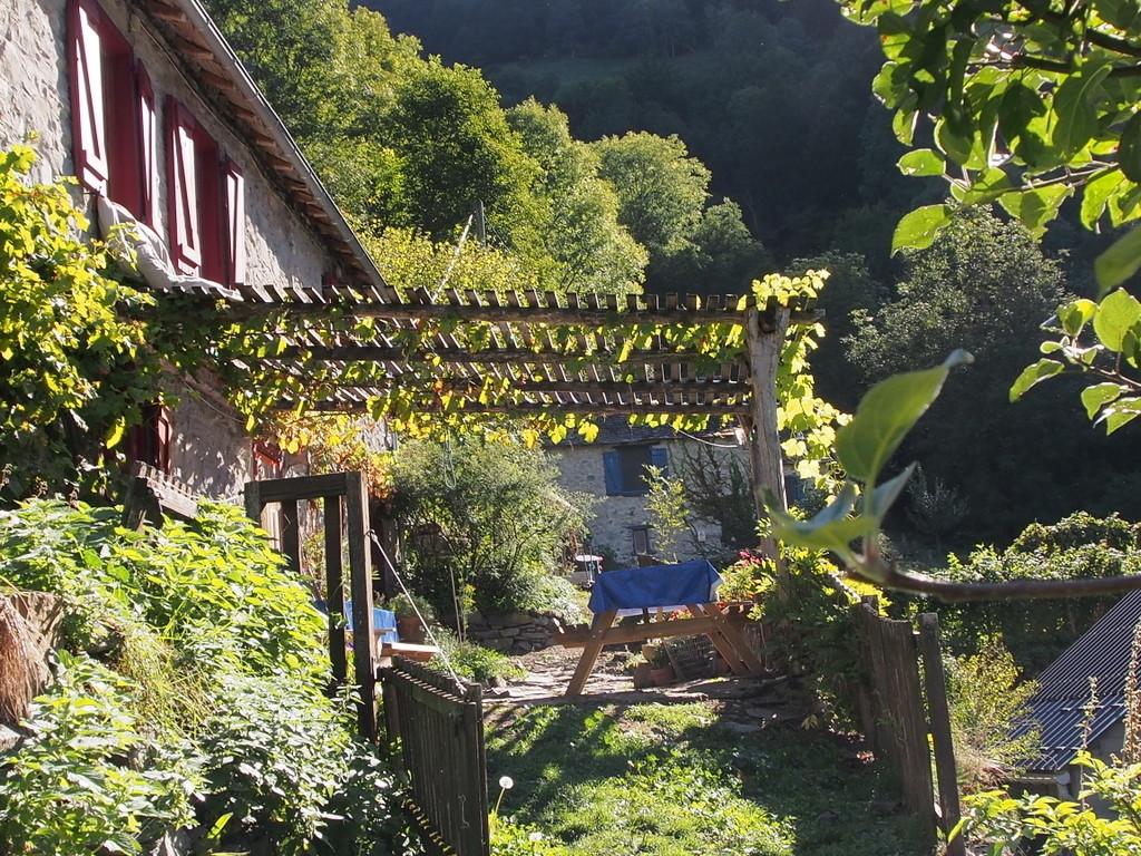 La maison de la ferme de Rouze, au fond le gîte aux volets bleus