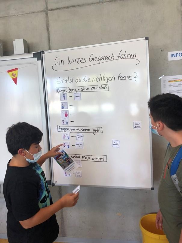 """""""Spanisch für Anfänger"""" An der Tafel lernten die Schüler*innen ein paar Spanisch Basics kennen. Anschließend wurden diese vorgelesen und die Aussprache gleich mit geübt."""