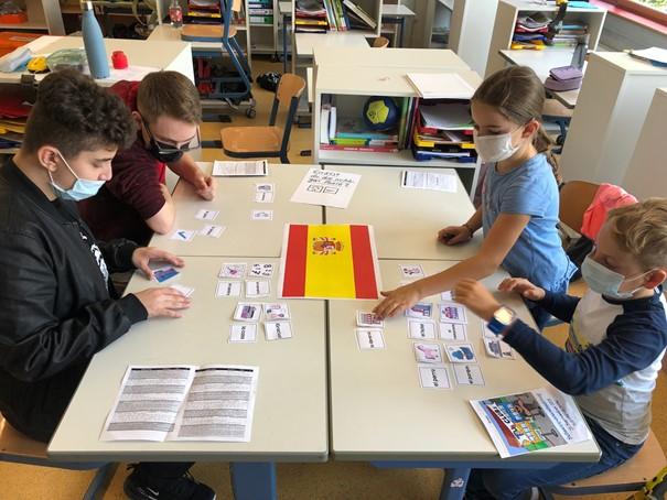 """""""Spanisch für Anfänger"""" Lernen mit Bildern - Erste Vokabeln. An diesem Tisch durften sich die Schüler*innen selbst ausprobieren und passende Wort-Bild-Paare bilden."""