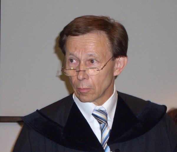 Dr. Rudolf Mayer in Talar vor Gericht