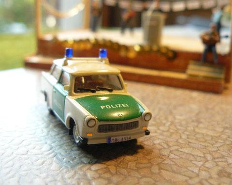 Dieser Trabant ist keinesfalls ein aktueller Dienstwagen. Er dient der Polizei bei öffentlichen Veranstaltungen und Festumzügen als Aufhänger, um mit dem Bürger ins Gespräch zu kommen.