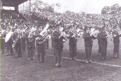 Der Auftritt der Kapelle bei einem Bundesligaspiel im Bochumer Fußballstadion begeisterte Musiker und Publikum gleichermaßen.