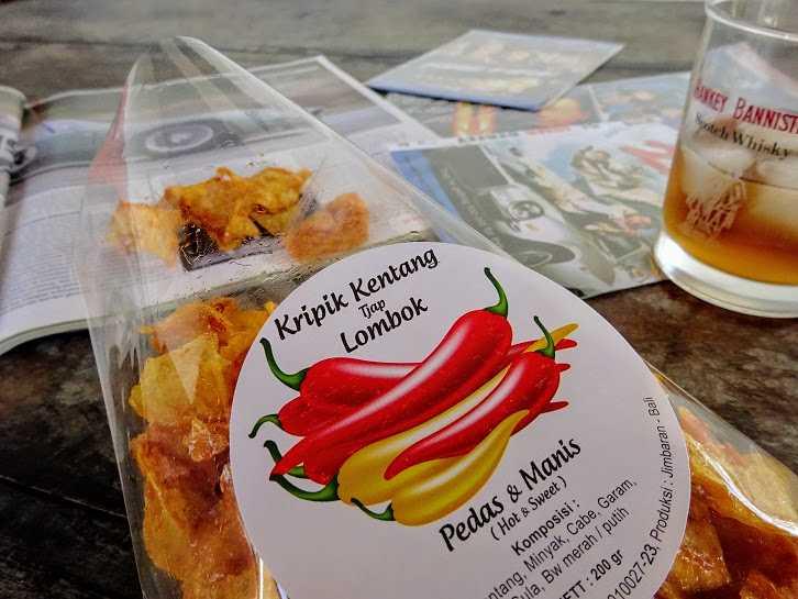 Keripik kentang balado dari Tjap Lombok. Kripik kentang pedas manis dari Tjap Lombok