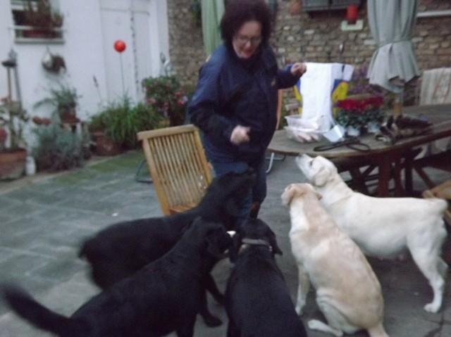 Sandra verteilt die Putenkeule und die Hähnchenschenkel