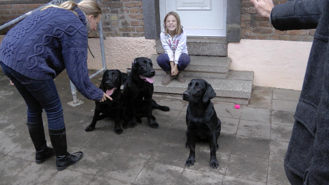 Floyd, Riley, Emelie (auf der Treppe) & Delran