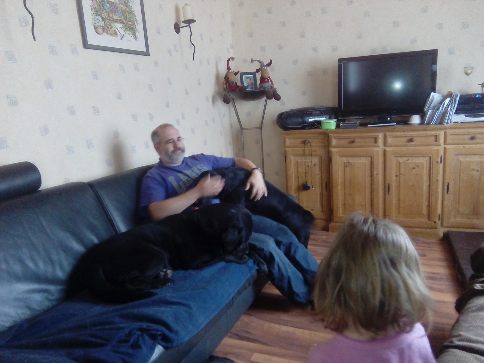 Albus und Helge auf der Couch mit Lucy, die ...