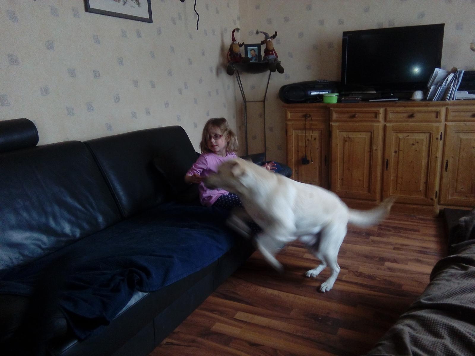 Aili kommt auf die Couch