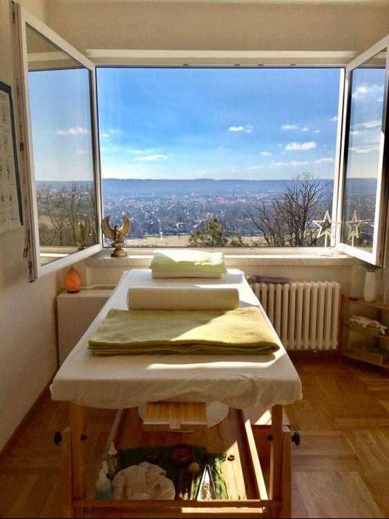 """Wenn die Temperaturen einladend sind, ist es möglich, im Heilhaus weit die Fenster zu öffnen. So fühlt man sich während der Behandlung """"als läge man draußen"""", unter freiem Himmel, mit einem atemberaubenden Blick auf die Stadt. 😀"""