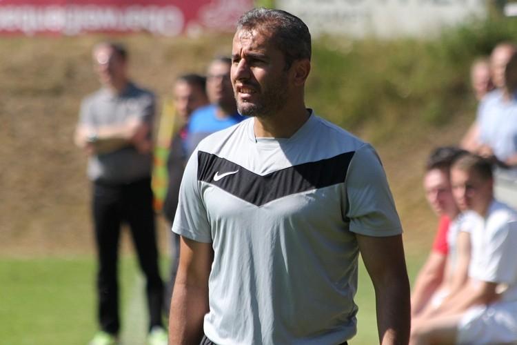 Skeptische Miene von Gästecoach Birol Yilmaz trotz Führung