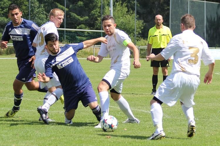 Kein Foul an Özgur Keles (Mitte), entschied der Referee