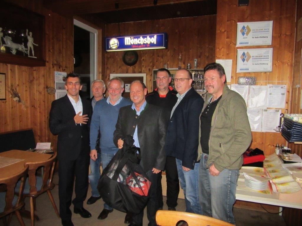 von links: Igelsbacher, Künzel, Feig (TuS Vorstand), Faltenbacher, Wagner, Helgert, Hoffmann (TuS Spielleiter) _ Frau Hufnagel und Riyad haben fotografiert.