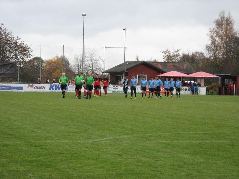 Schiedsrichter und Mannschaften beim Einzug bei entsprechender Musik-Untermalung